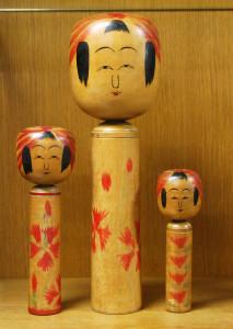 左から昭和6年ころ、昭和14年ころ、右端昭和4、5年ころの作。 右端は〈こけし人形図集〉米浪蔵と同じで、目じりが開く初期の特徴がある。