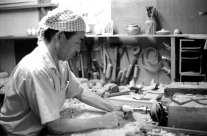 渡辺忠蔵 昭和42年9月 〈こけし這子の話〉の作蔵を復元しているところ。