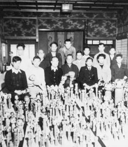 寄贈され鳴子に着いた深沢コレクション(昭和28年) 出迎えた工人たちには高橋武男、大沼誓、大沼新兵衛、後藤希三、岡崎斉司、桜井昭二等の顔が見える