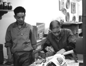 三越本店で実演してこけしを挽く佐藤護。 左は佐藤守正。 (昭和40年)