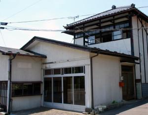 旧守正宅と店、後ろの二階家は旧北岡工場(遠刈田 寿町) 手前の壁面に守正の文字跡が残る