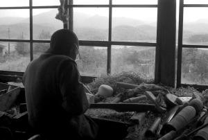 桁倉沼に面した作業場で木地を挽く小椋久太郎 昭和39年