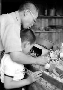 利亮に挽き方を教える久太郎 昭和43年8月