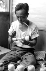 キセルを加えて描彩する文吉 昭和43年8月
