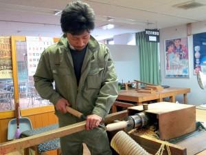 平成26年5月20日、モーターロクロに向かい立って木地を挽く弘前・長谷川優志