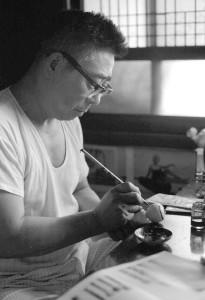 福太郎の木地に描彩する村井操 昭和43年8月