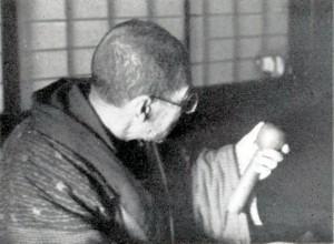 幸太古作を確認する佐藤今三郎 昭和33年5月 撮影:鹿間時夫
