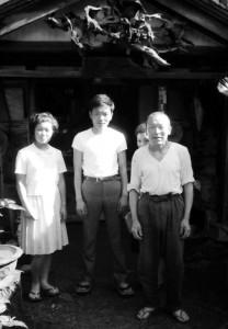 湯田 小林善作の家の前 昭和42年 中央が小林昭三、右が小林善作
