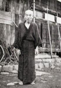 自宅前に立つ志田五郎八 昭和36年9月 撮影:山本侘介