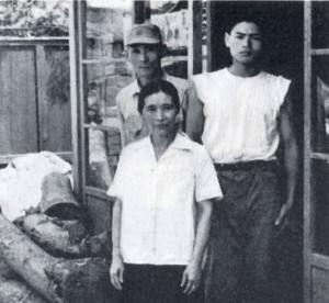 左 白畑与太郎夫妻 右 弟子の館内孝三郎  昭和34年 撮影:露木昶