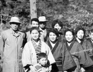 子供の肩に手を置いているのがうめの、その左が夫精四郎
