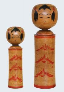 〔右より 33.3cm、23.9cm(昭和10年頃)(日本こけし館)〕 深沢コレクション