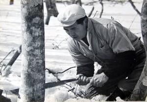 雪山で用材を伐採する佐藤哲郎