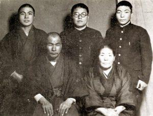 前列 遊佐雄四郎夫妻 後列左より 雄左衛門、勇吉、雄吉